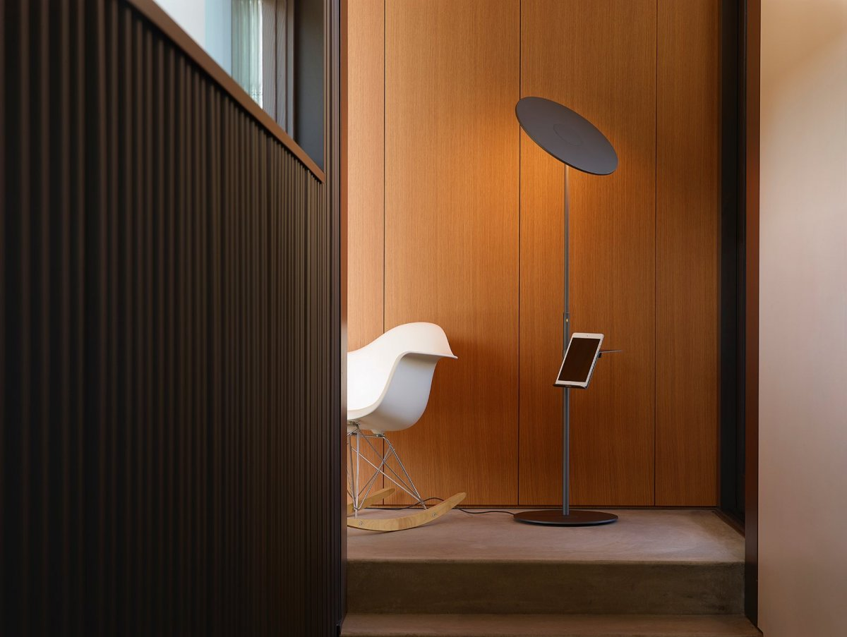Circa Floor lamp with pedestal, graphite.