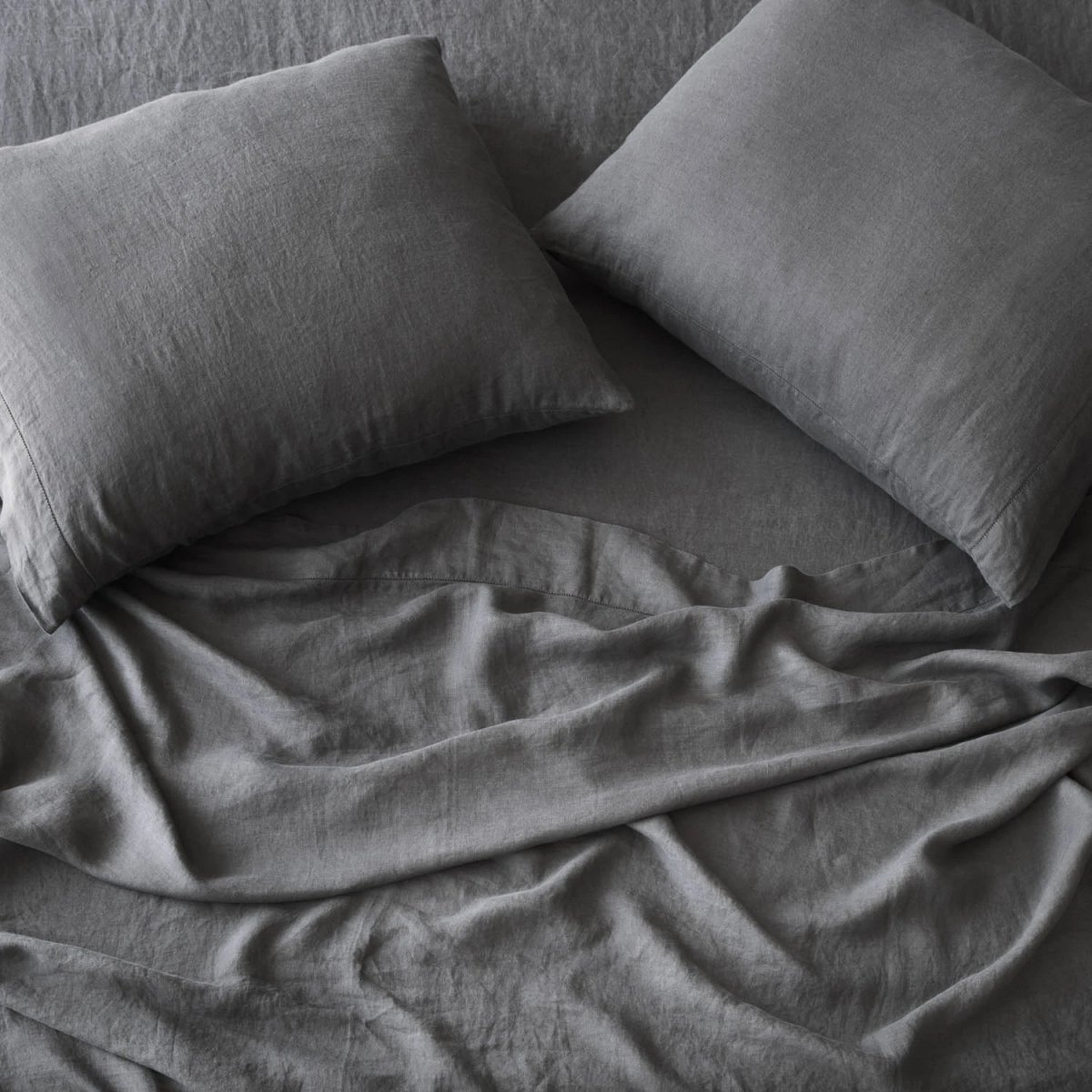 Stonewashed Linen Bed Bundle, charcoal.