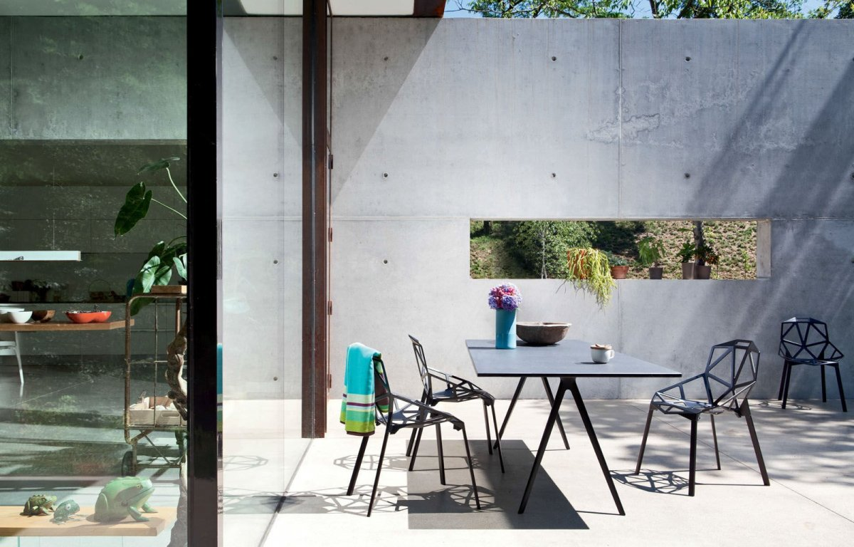Outdoor dining setting with Chair_One chairs and Baguette dining table.