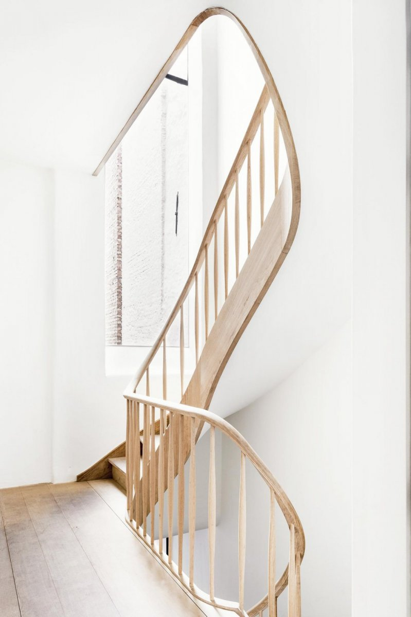 Sculptural curving stairway. Keyserrijck by AIDarchitecten