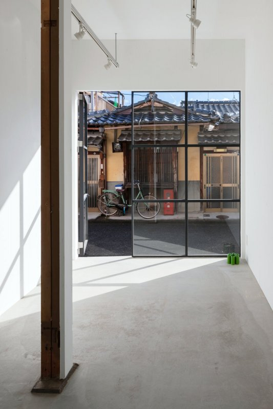 Black framed door and windows. House In Shichiku by Shimpei Oda Architect Office