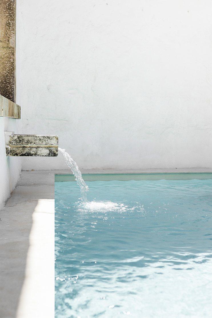 Pool with water feature. Patio de Esperanza&Josep by Marina Senabre Roca