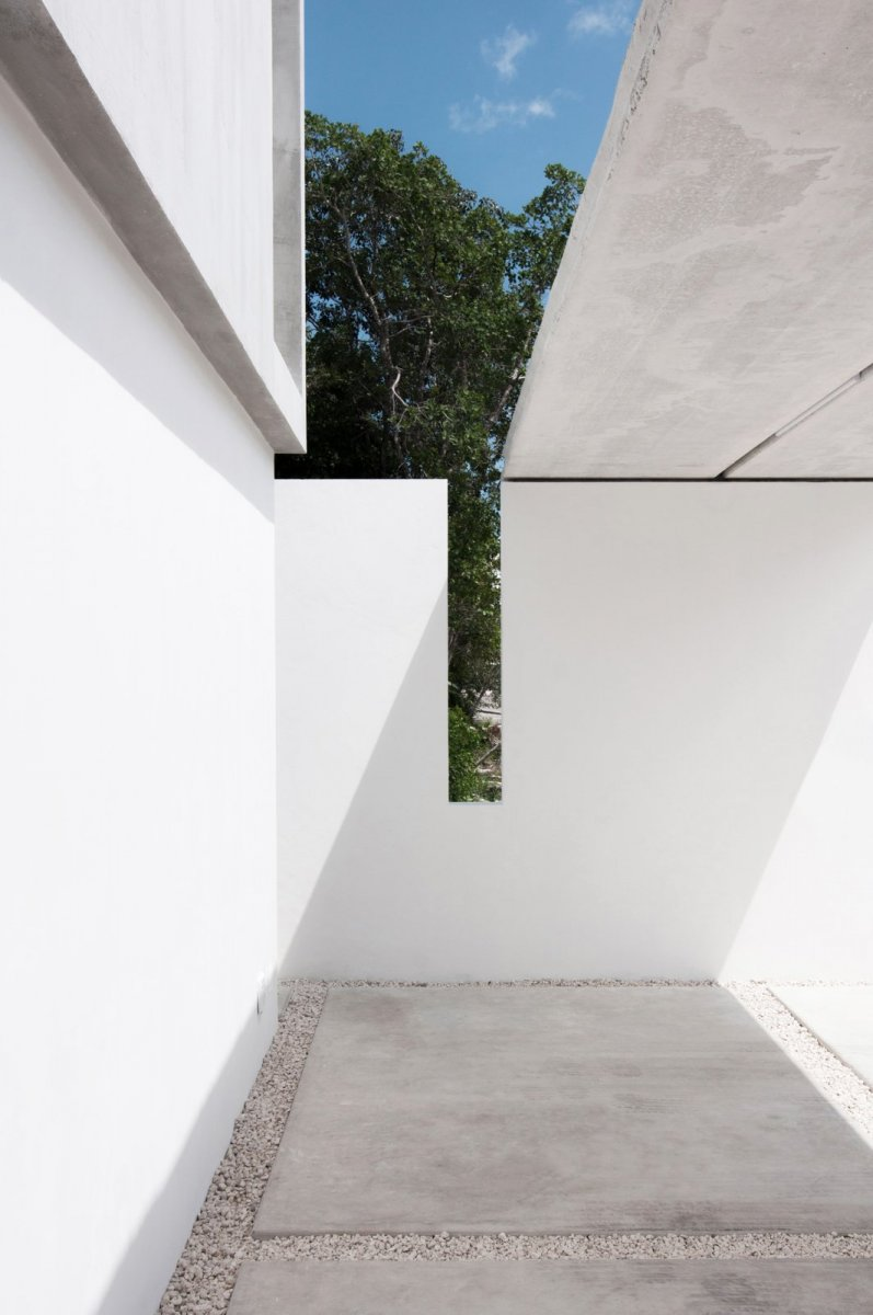 Cuts in the wall and roof. Casa Garcias by Warm Architects