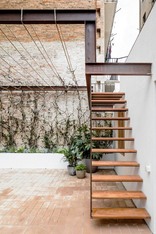 Industrial pergola and stairway. Gallery House by Carles Enrich