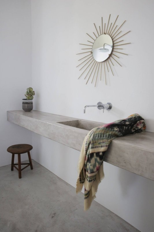 Floating concrete countertop. Maison Kamari by React Architects