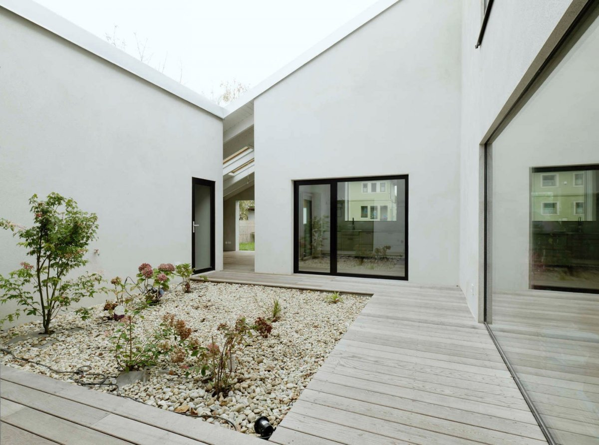 Central gravel garden. Low Budget Brick House by Triendl und Fessler Architekten