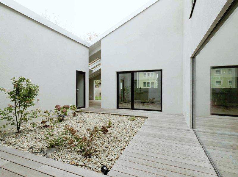 Central gravel garden. Low Budget Brick House by Triendl und Fessler Architekten