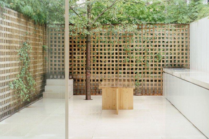 Lattice-walled garden. Pawson House by John Pawson