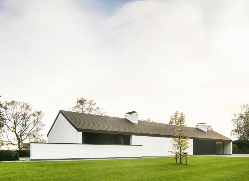 Gabled roof linear house. Villa NTT by Steven De Jaeghere