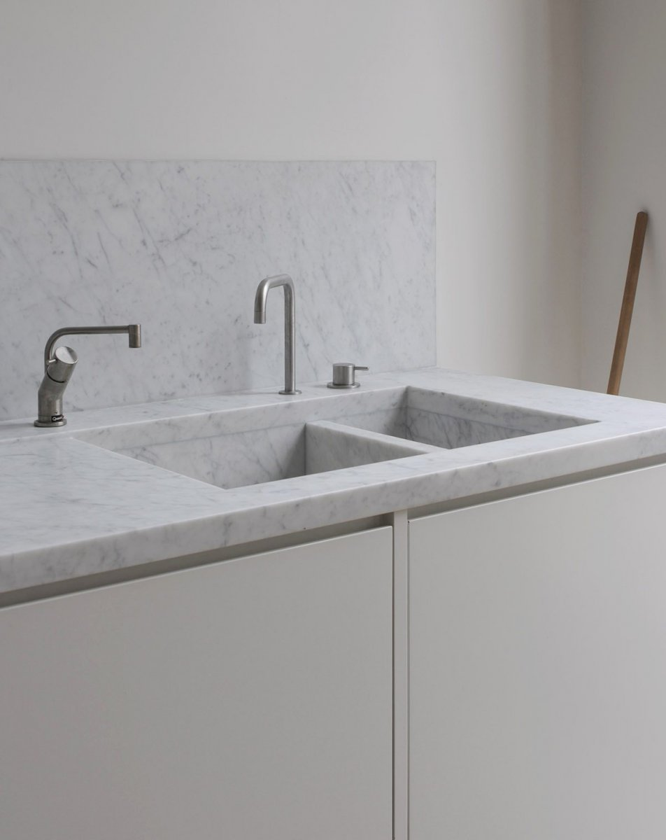 Integrated marble sink. Apartment in Bryanston Square by DRDH Architects