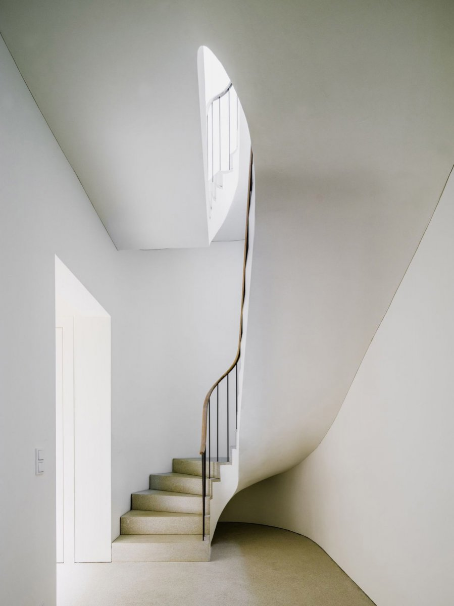 Curved stairway. Bogenhausen House by David Chipperfield Architects