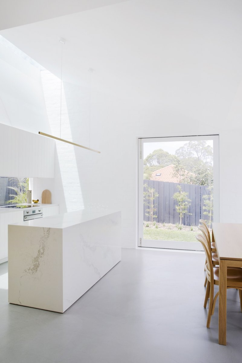 Airy kitchen and dining space. Nat's House by Studio Prineas