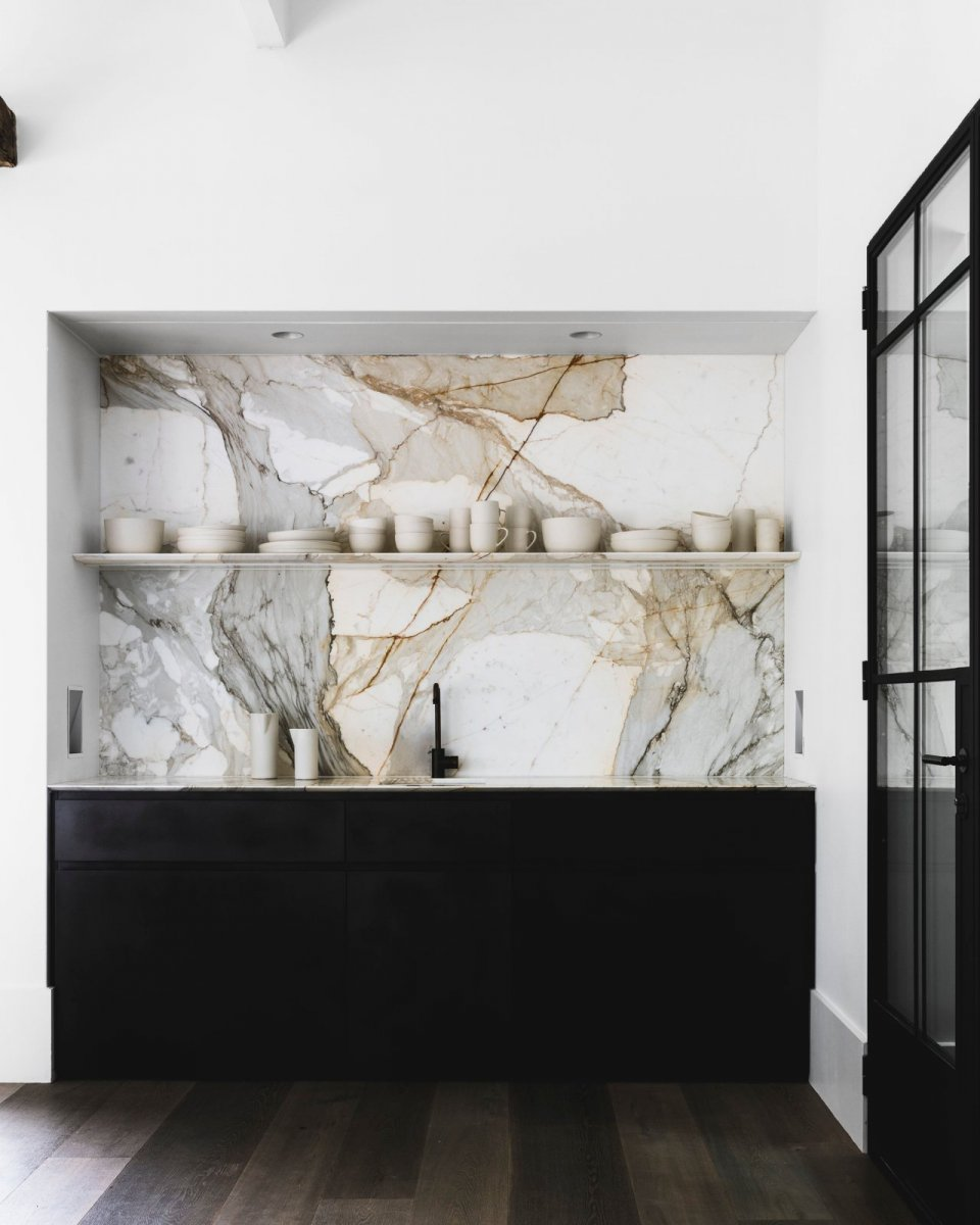 Marble slab kitchen backsplash. Hunters Hill House by Handelsmann + Khaw