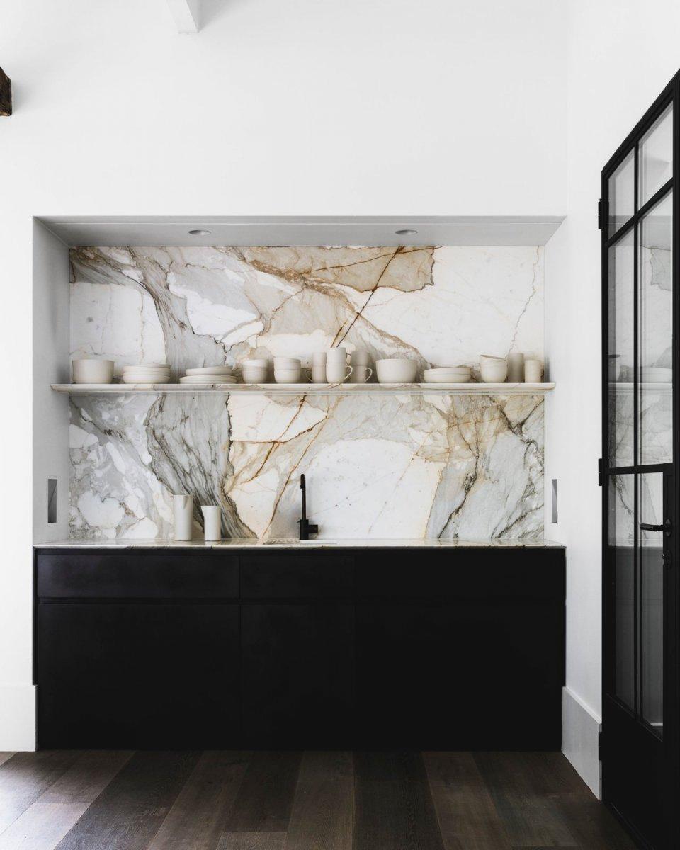 Marble slab kitchen backsplash. Hunters Hill House by Handelsmann + Khaw