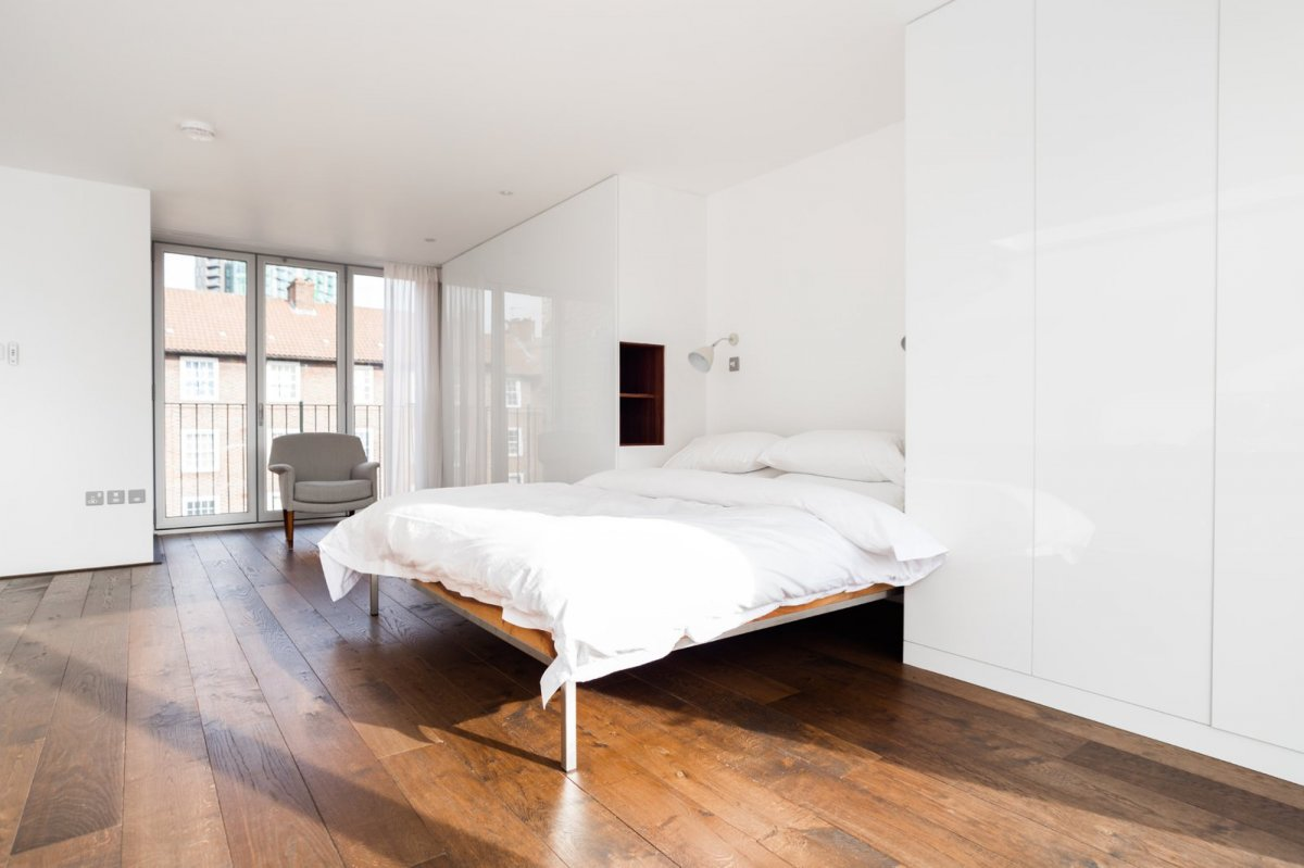 White gloss bedroom. Home of artist Michael Landy by Marta Nowicka & Co