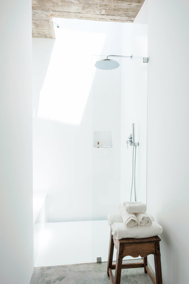 Walk-in shower with light well. Pensão Agrícola by Atelier RUA