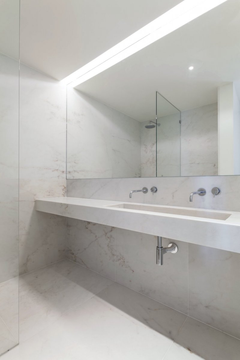 Marble wet room. Apartment MR by PHDD Arquitectos