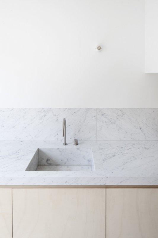 Marble kitchen countertop. House VV by ROLIES architects