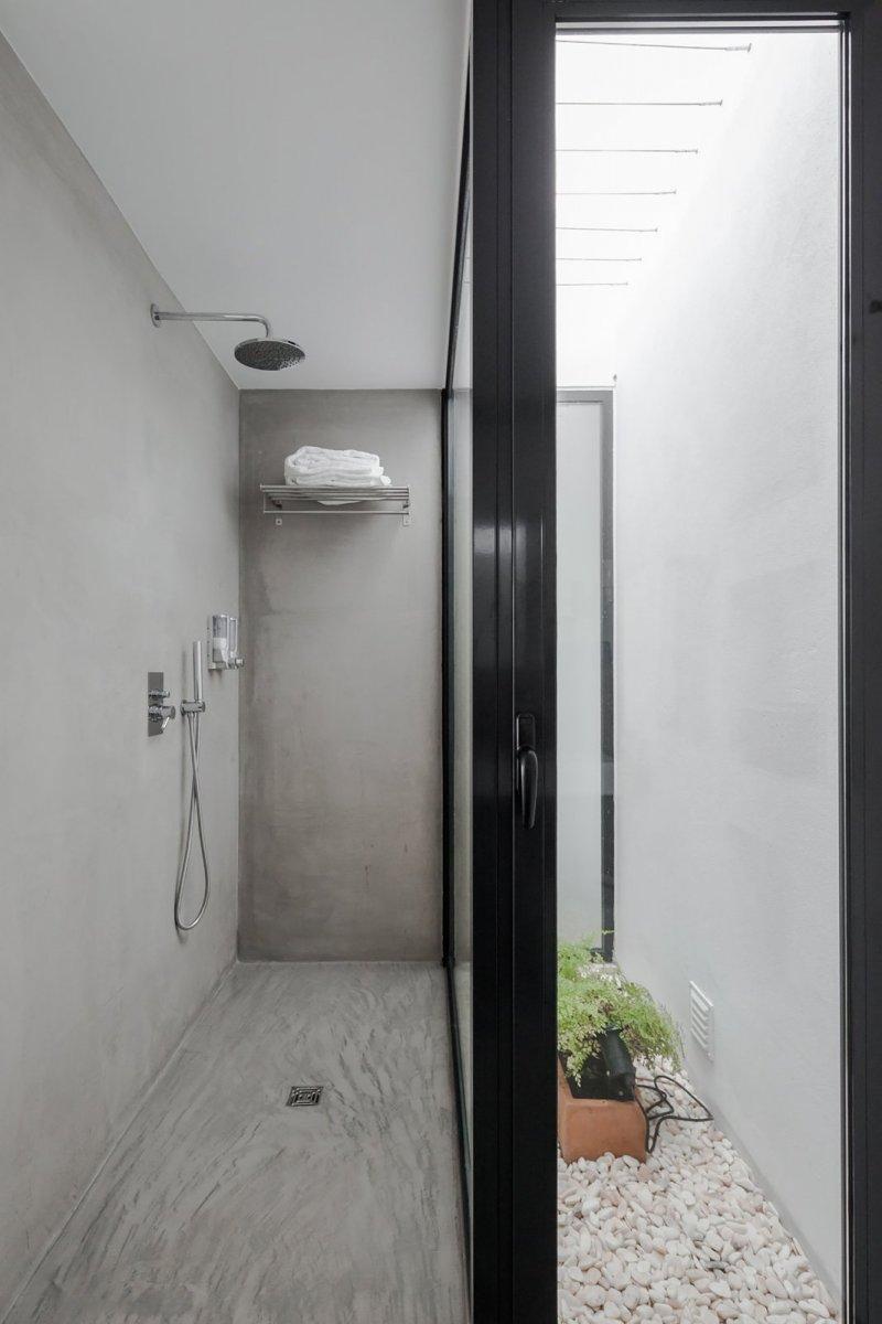 Concrete walk-in shower. Pé no Monte by [i]da arquitectos