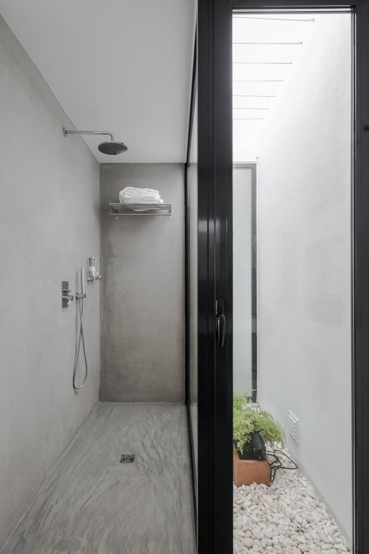 Concrete walk-in shower. Pé no Monte by [i]da arquitectos