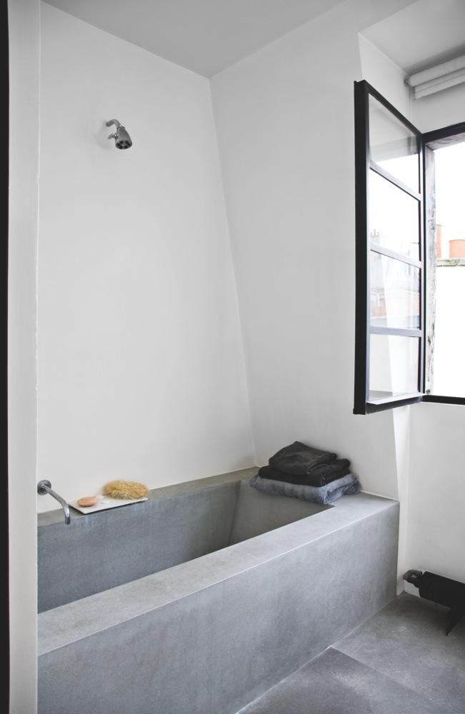 Bathroom with concrete tub. Raw and minimal loft of Trish Deseine