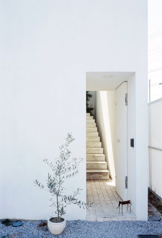 Recessed entrance opens to stairs. Love House by Takeshi Hosaka architects