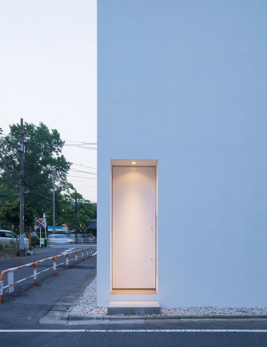 Minimal entrance. H Residence by Shinichi Ogawa & Associates