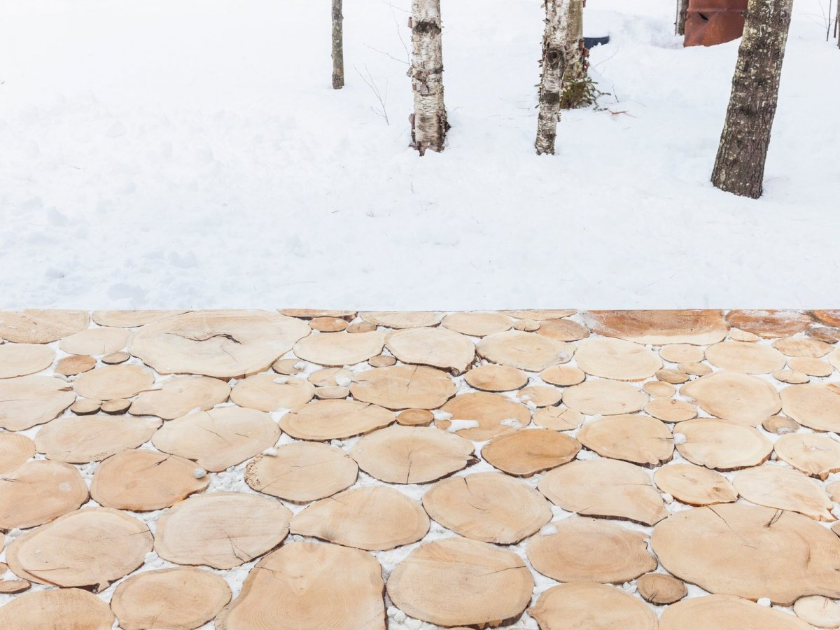 Wood slice pavers. Lake Cottage by UUfie