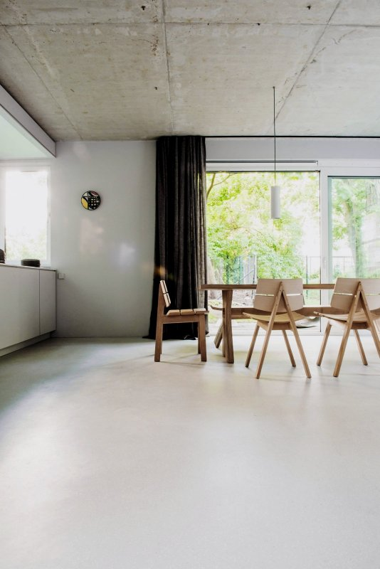 Open kitchen and dining area. House on Prenzlauer Berg by Loft Kolasiński