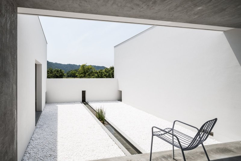 Courtyard with basin. Courtyard House by FORM / Kouichi Kimura Architects