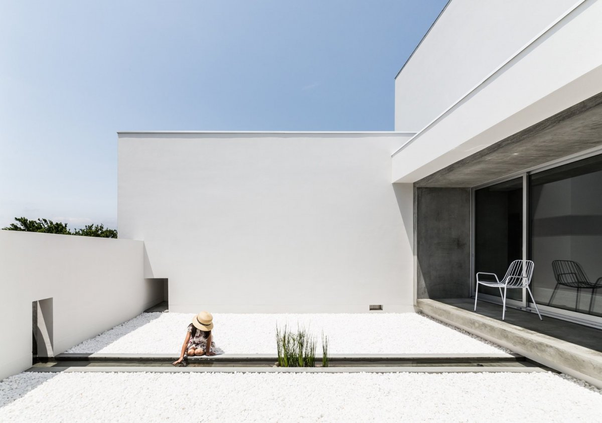 Courtyard with narrow basin. Courtyard House by FORM / Kouichi Kimura Architects