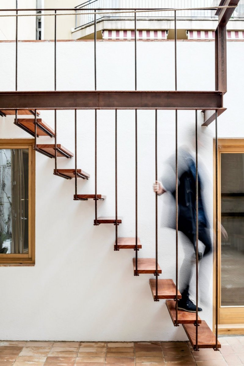 Industrial stairway. Gallery House by Carles Enrich