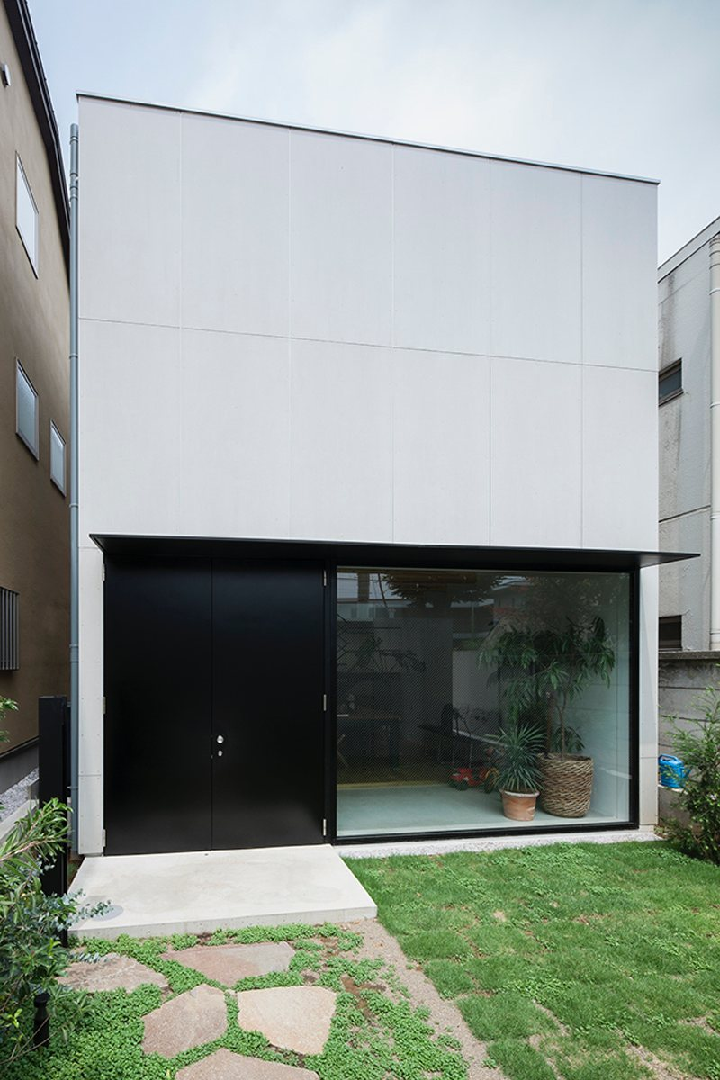 Rectangular house. House in Daizawa by Nobuo Araki / The Archetype