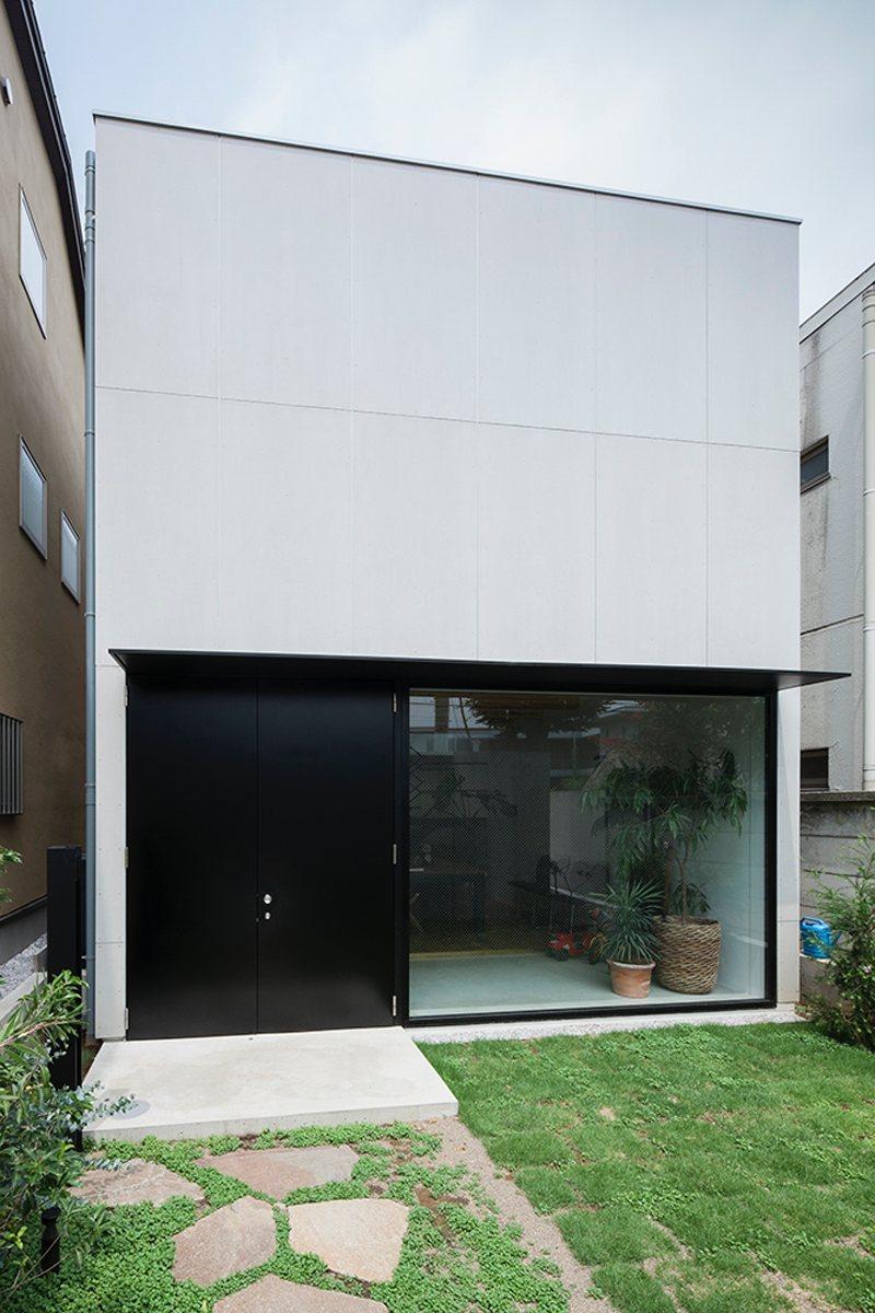 Rectangular house. House in Daizawa by Nobuo Araki / The Archetype