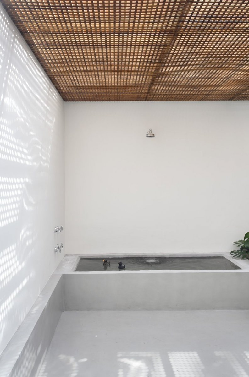 Bathroom with brise soleil ceiling. GT House by Studio Guilherme Torres
