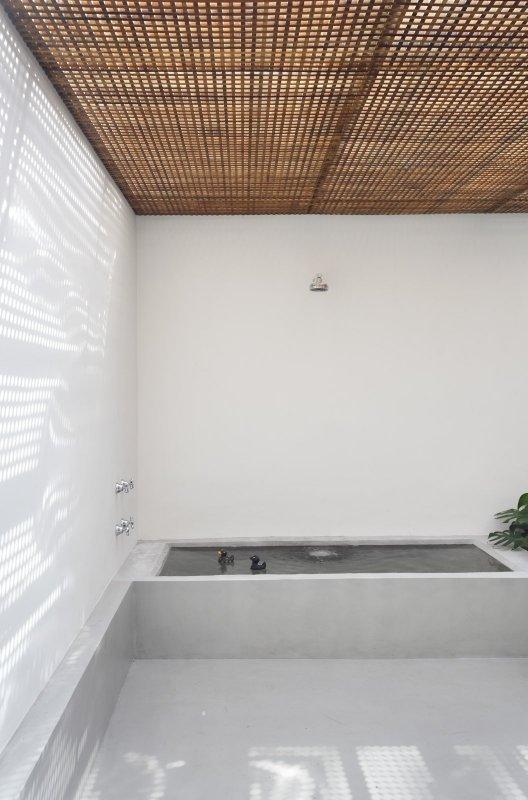 Bathroom with brise soleil ceiling. GT House by Studio Guilherme Torres