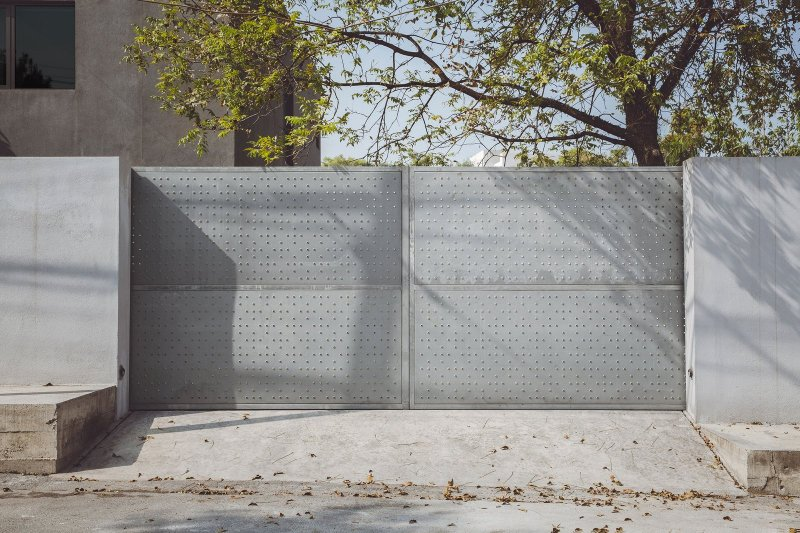 Double metal gate. Doblado House by Isauro Huizar Studio