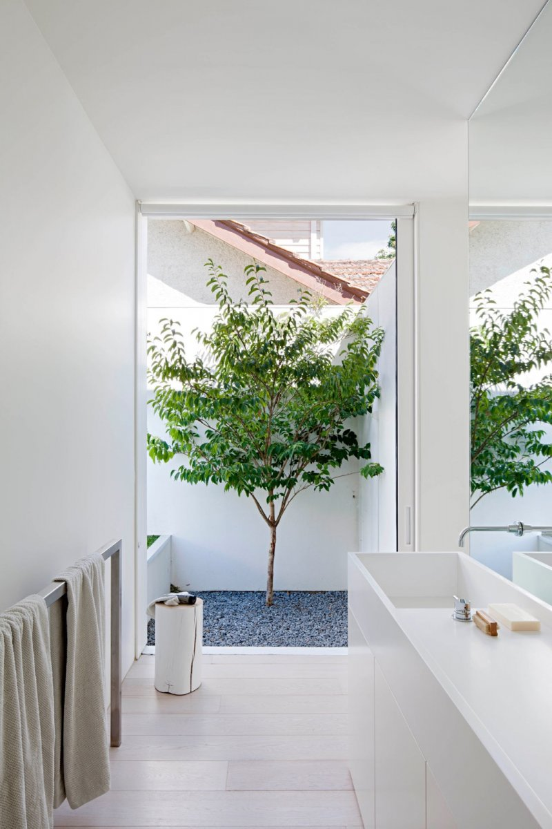 Bathroom open to garden. Bourne Road Residence by studiofour