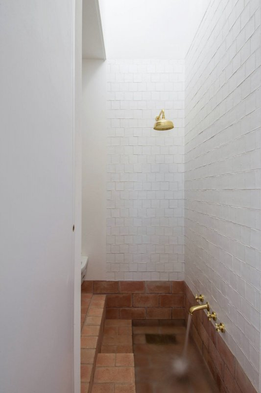 Bath area with sunken terracotta tub. Casa Modesta by PAr