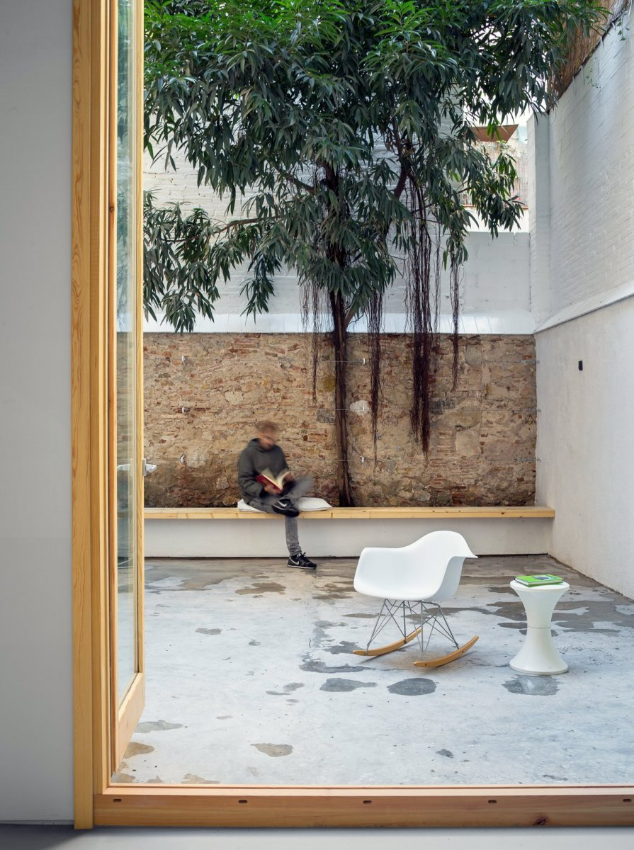 High-walled private patio. Can Ghalili by LoCa Studio