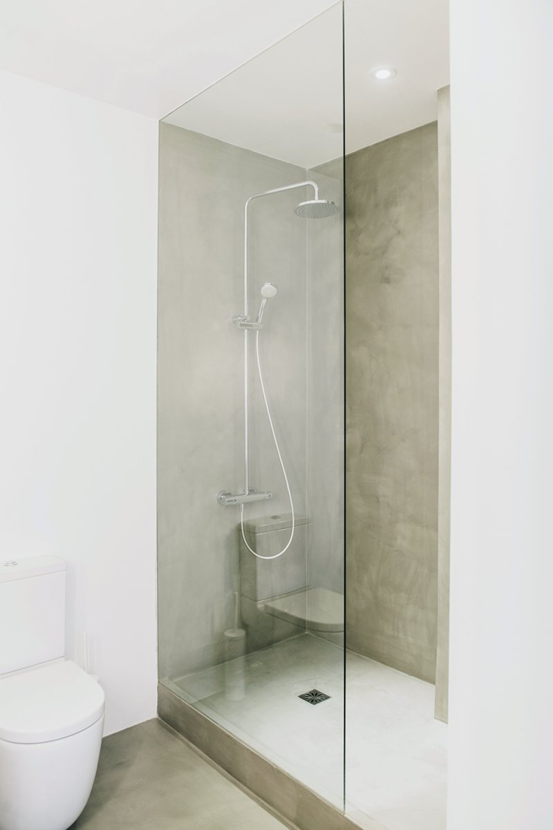 Concrete corner shower. Turó Parc by Conti, Cert